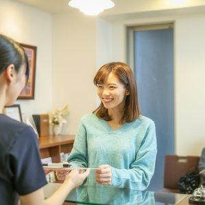 受付のひとコマご来院いただいている患者様の笑顔に、私たちスタッフも元気をいただいています!