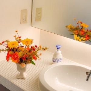 季節のお花をパウダールームも秋色に。