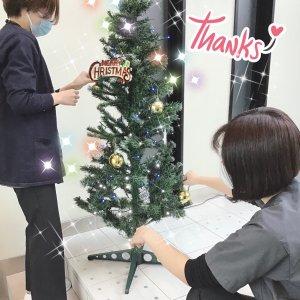 クリスマスツリーの飾りつけ医院のエントランスでツリーがお迎えします!